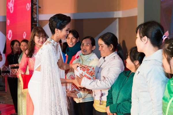 """Hoa hậu H'Hen Niê """"đốt mắt"""" khán giả bằng bộ váy xẻ tà - Ảnh 1"""