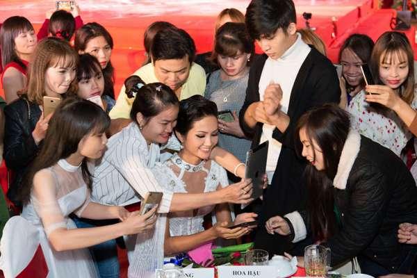 """Hoa hậu H'Hen Niê """"đốt mắt"""" khán giả bằng bộ váy xẻ tà - Ảnh 2"""