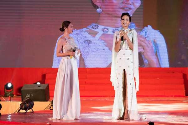 """Hoa hậu H'Hen Niê """"đốt mắt"""" khán giả bằng bộ váy xẻ tà - Ảnh 3"""