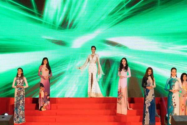 """Hoa hậu H'Hen Niê """"đốt mắt"""" khán giả bằng bộ váy xẻ tà - Ảnh 4"""