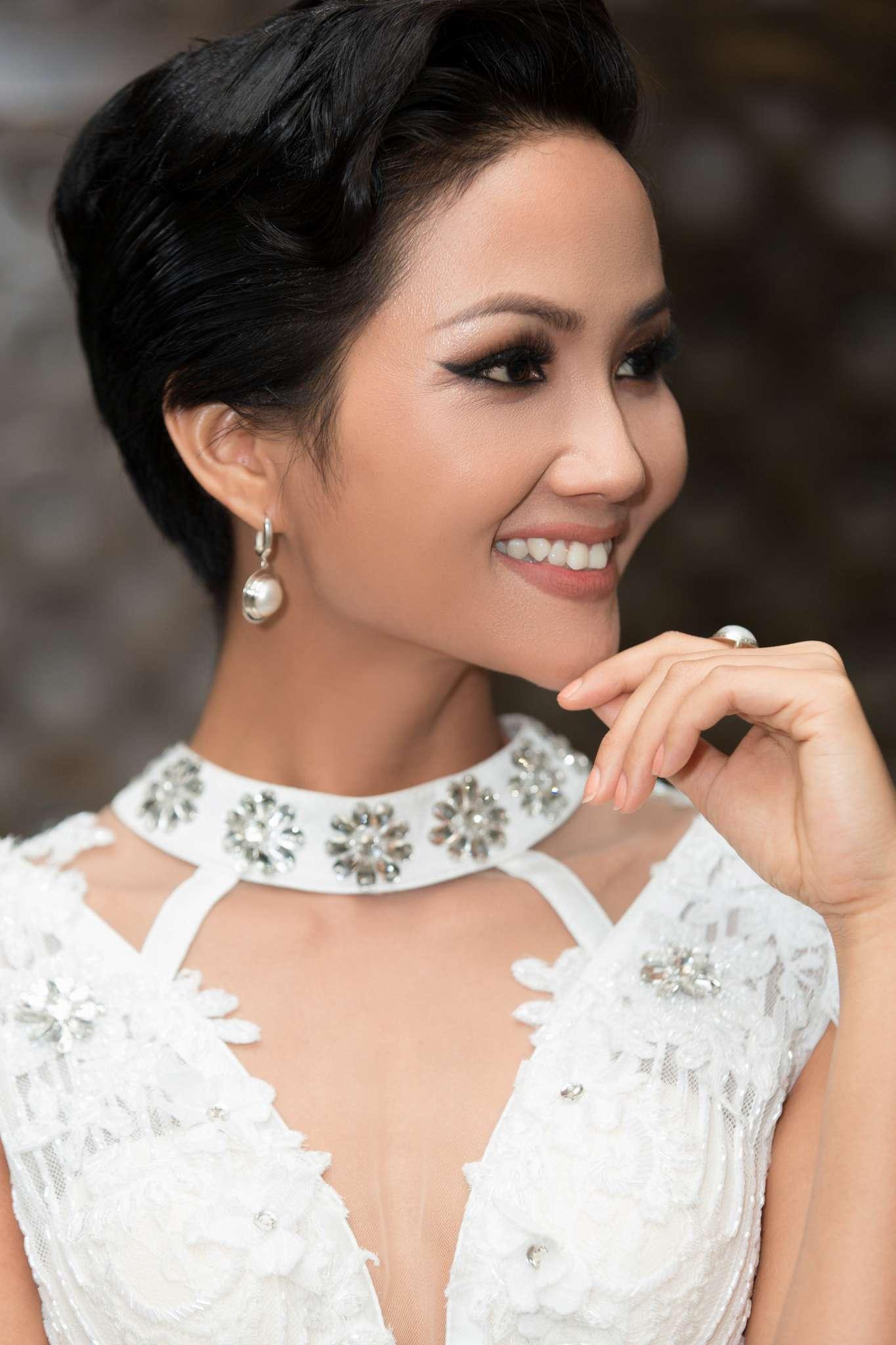 """Hoa hậu H'Hen Niê """"đốt mắt"""" khán giả bằng bộ váy xẻ tà - Ảnh 5"""