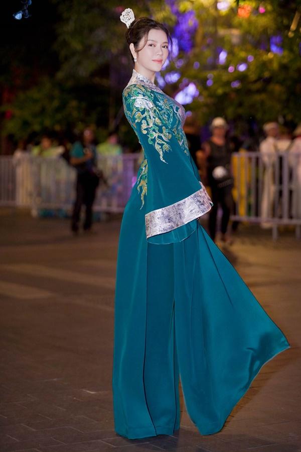 Lý Nhã Kỳ xinh đẹp nổi bật với áo dài xanh thêu trong Lễ hội Áo dài - Ảnh 1