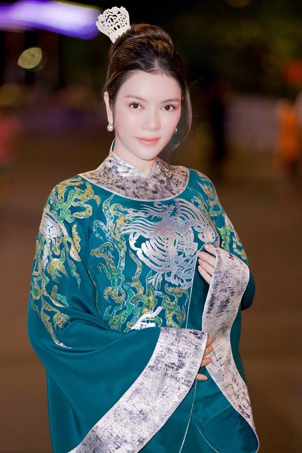 Lý Nhã Kỳ xinh đẹp nổi bật với áo dài xanh thêu trong Lễ hội Áo dài - Ảnh 2