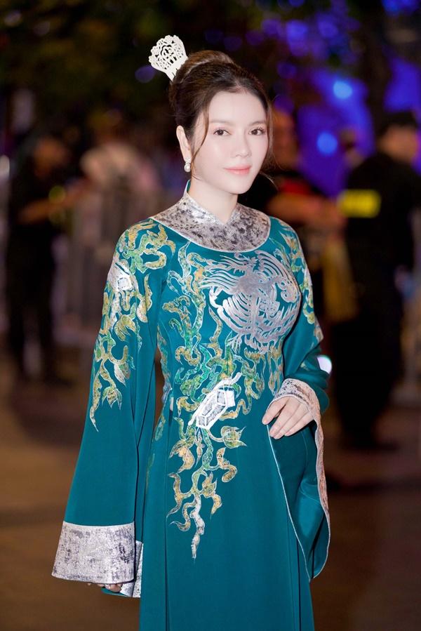 Lý Nhã Kỳ xinh đẹp nổi bật với áo dài xanh thêu trong Lễ hội Áo dài - Ảnh 3