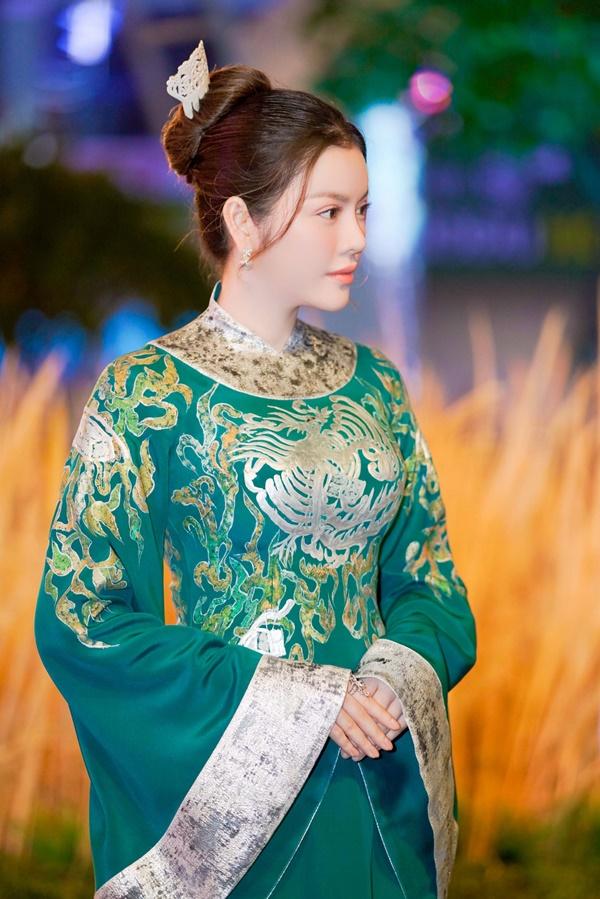 Lý Nhã Kỳ xinh đẹp nổi bật với áo dài xanh thêu trong Lễ hội Áo dài - Ảnh 4