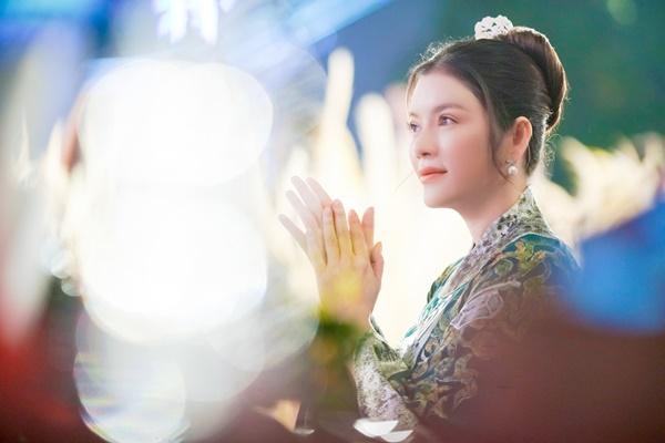 Lý Nhã Kỳ xinh đẹp nổi bật với áo dài xanh thêu trong Lễ hội Áo dài - Ảnh 5