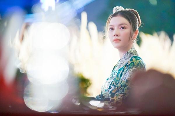 Lý Nhã Kỳ xinh đẹp nổi bật với áo dài xanh thêu trong Lễ hội Áo dài - Ảnh 6