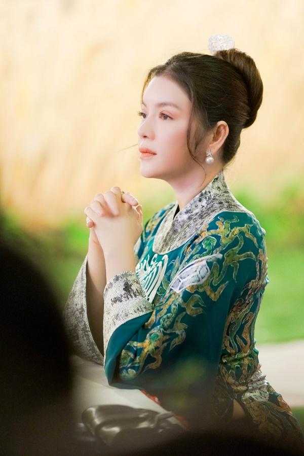 Lý Nhã Kỳ xinh đẹp nổi bật với áo dài xanh thêu trong Lễ hội Áo dài - Ảnh 7
