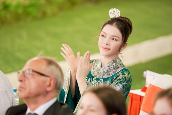 Lý Nhã Kỳ xinh đẹp nổi bật với áo dài xanh thêu trong Lễ hội Áo dài - Ảnh 8