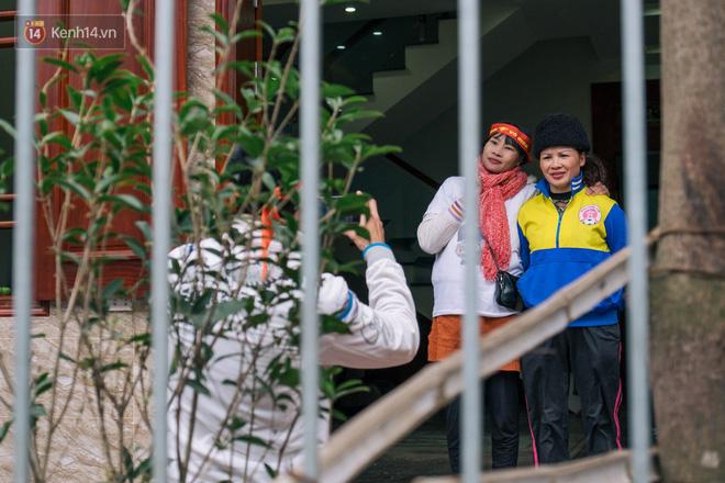 Chuyện cụ ông 69 tuổi bắt xe ôm, xe buýt gần 100km đến nhà bố mẹ Quang Hải để tặng một món quà 'đặc biệt' - Ảnh 1
