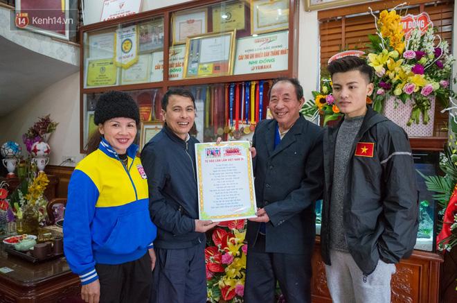 Chuyện cụ ông 69 tuổi bắt xe ôm, xe buýt gần 100km đến nhà bố mẹ Quang Hải để tặng một món quà 'đặc biệt' - Ảnh 10