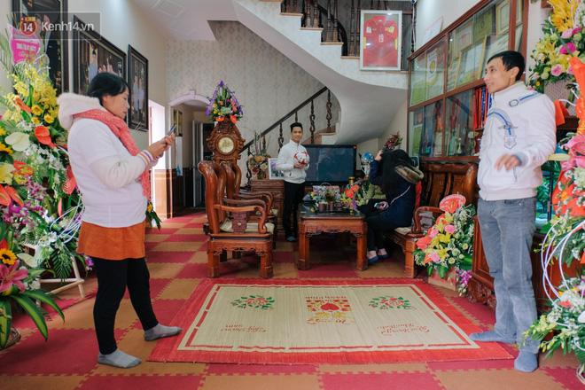 Chuyện cụ ông 69 tuổi bắt xe ôm, xe buýt gần 100km đến nhà bố mẹ Quang Hải để tặng một món quà 'đặc biệt' - Ảnh 2