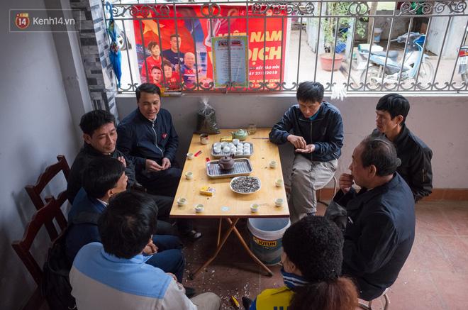 Chuyện cụ ông 69 tuổi bắt xe ôm, xe buýt gần 100km đến nhà bố mẹ Quang Hải để tặng một món quà 'đặc biệt' - Ảnh 3