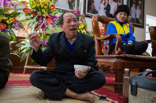 Chuyện cụ ông 69 tuổi bắt xe ôm, xe buýt gần 100km đến nhà bố mẹ Quang Hải để tặng một món quà 'đặc biệt' - Ảnh 6