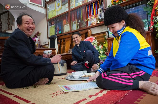 Chuyện cụ ông 69 tuổi bắt xe ôm, xe buýt gần 100km đến nhà bố mẹ Quang Hải để tặng một món quà 'đặc biệt' - Ảnh 7