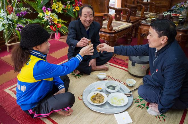 Chuyện cụ ông 69 tuổi bắt xe ôm, xe buýt gần 100km đến nhà bố mẹ Quang Hải để tặng một món quà 'đặc biệt' - Ảnh 8