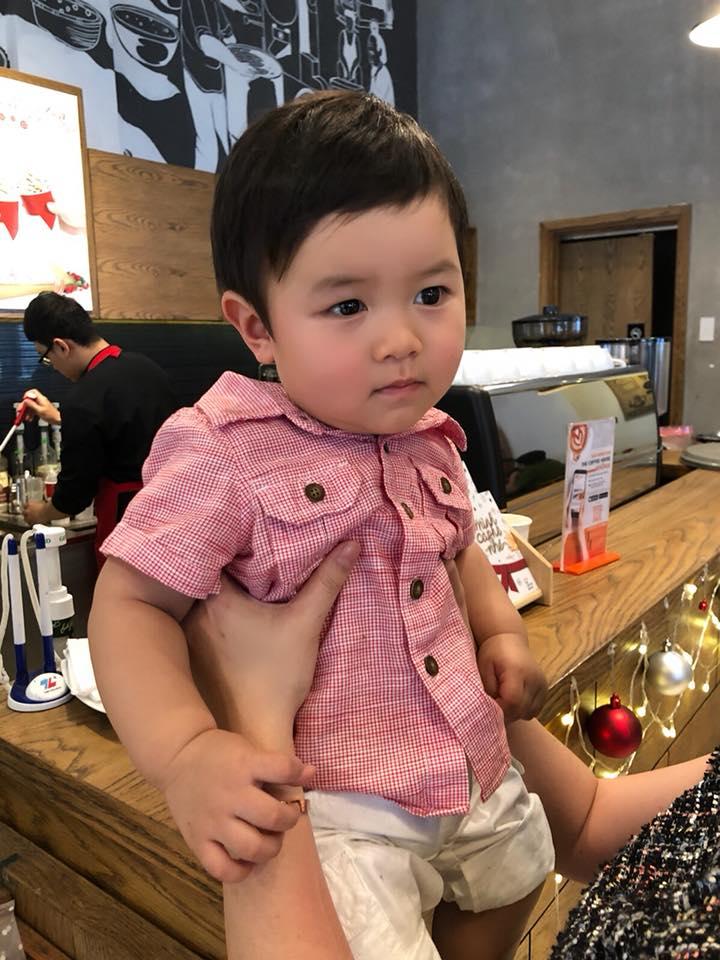 Lần đầu về Việt Nam, con trai Đan Trường đứng ngồi không yên khi được mẹ dẫn đi chơi - Ảnh 4