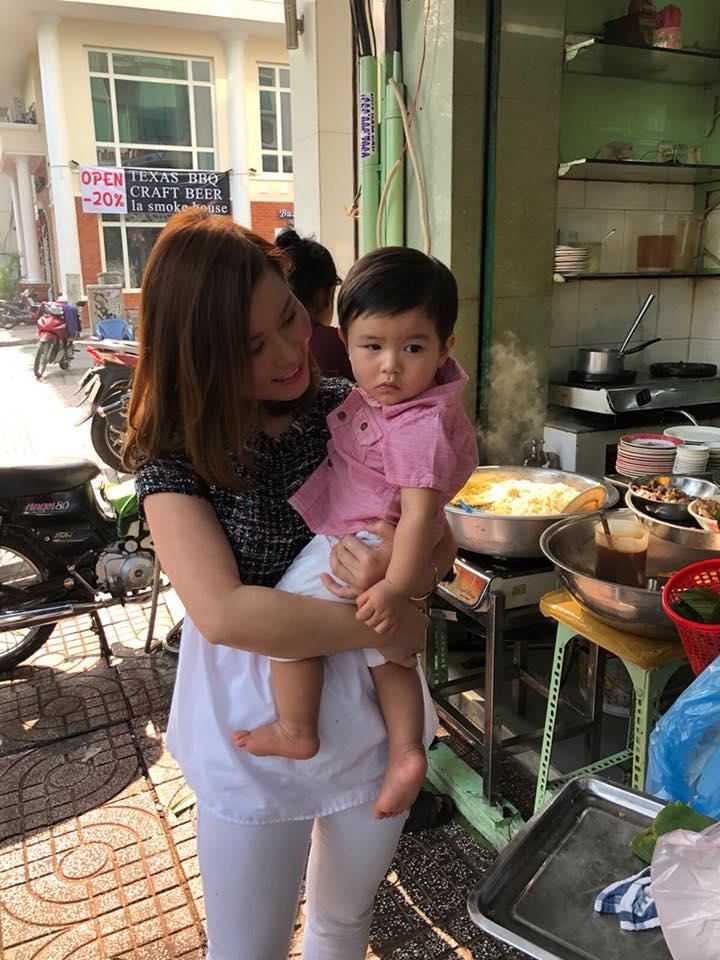 Lần đầu về Việt Nam, con trai Đan Trường đứng ngồi không yên khi được mẹ dẫn đi chơi - Ảnh 8