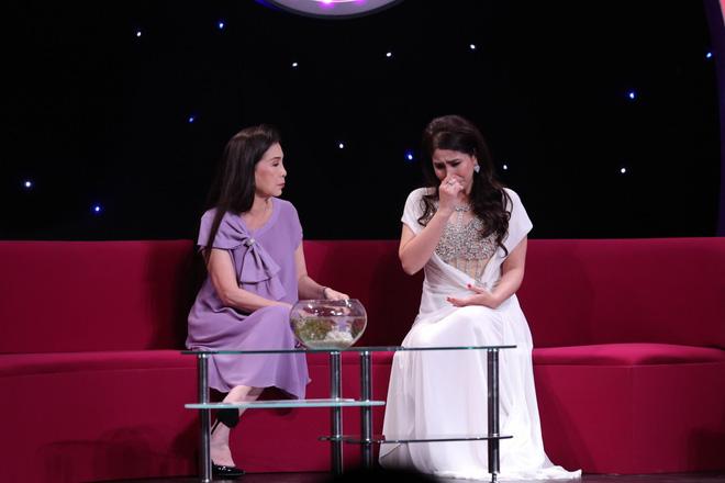 Em gái Lý Hùng khóc khi nói về con gái đang bị cách li ở Mỹ