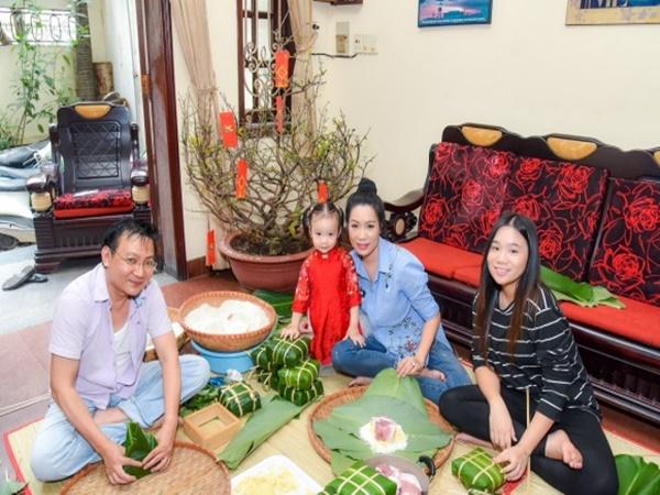 Gia đình Trịnh Kim Chi quây quần gói bánh chưng đón Tết