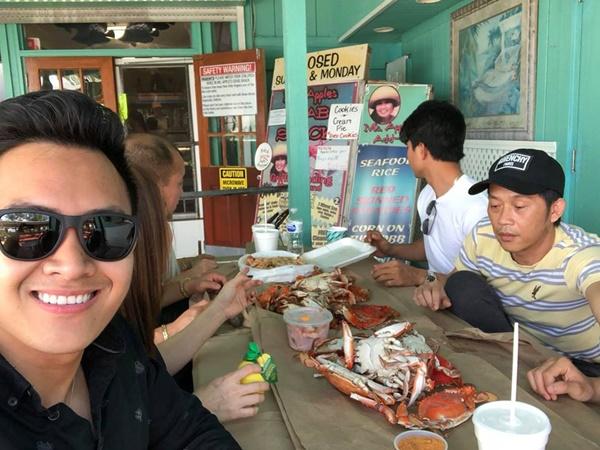Hoài Linh sang Mỹ thăm bố mẹ và con trai