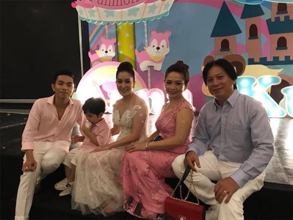 Sinh liền 2 cháu, Khánh Thi hóa giải mâu thuẫn với bố mẹ chồng