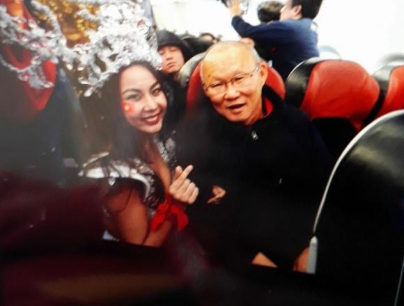 Khi U23 Việt Nam nổi như cồn, cụm từ 'cô gái showbiz' cũng hot không tưởng - Ảnh 7