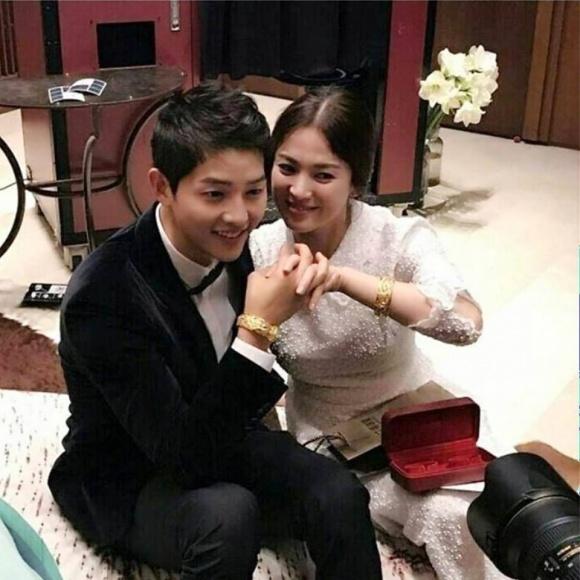 Lộ diện người đã tặng vợ chồng Song Joong Ki – Song Hye Kyo cặp vòng vàng 'khủng' - Ảnh 1