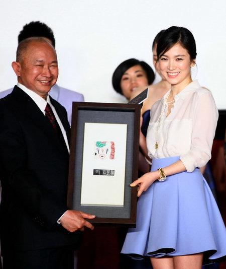 Lộ diện người đã tặng vợ chồng Song Joong Ki – Song Hye Kyo cặp vòng vàng 'khủng' - Ảnh 2
