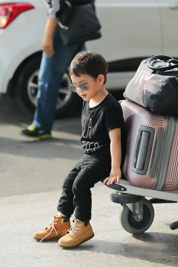 Con trai Thu Thủy chuẩn soái ca cùng mẹ và bà ngoại đi du lịch Malaysia - Ảnh 10