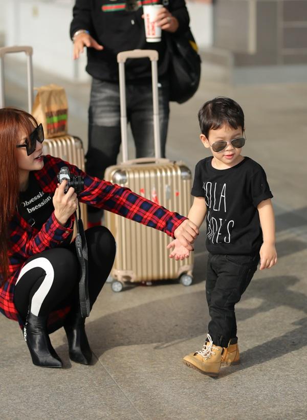 Con trai Thu Thủy chuẩn soái ca cùng mẹ và bà ngoại đi du lịch Malaysia - Ảnh 5