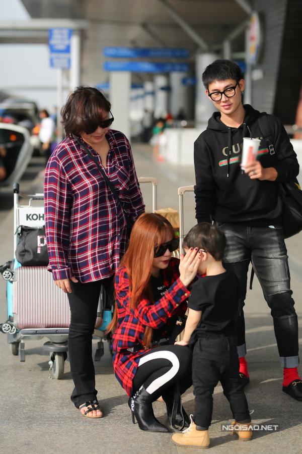 Con trai Thu Thủy chuẩn soái ca cùng mẹ và bà ngoại đi du lịch Malaysia - Ảnh 1