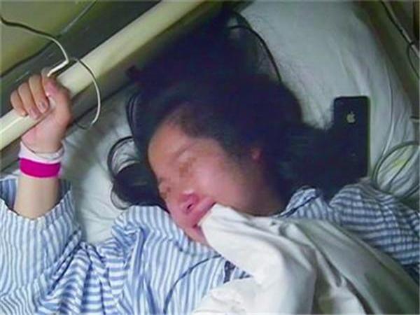 """Xôn xao chuyện chồng bỏ mặc vợ sắp sinh nhập viện vì đang """"dở trận game"""""""