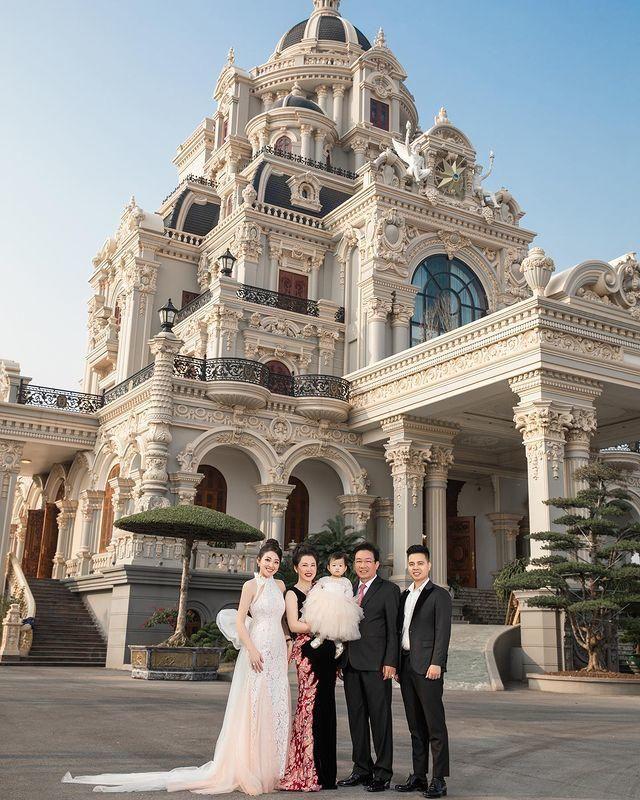 Cuộc sống của cô dâu '200 cây vàng' ở Nam Định khiến nhiều người xuýt xoa: Đồng hồ tiền tỷ, du lịch siêu sang chảnh - Ảnh 2