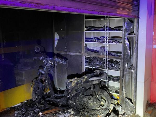 Đôi vợ chồng thoát chết trong gang tấc sau khi lực lượng chức năng phá 3 lớp cửa cứu khỏi đám cháy dữ dội - Ảnh 2