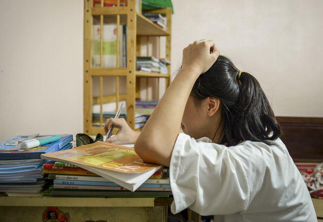 Hà Nội: Cặp vợ chồng có 6 con học online nhưng nhà có duy nhất 2 điện thoại, thầy hiệu trưởng cho mượn 1 chiếc - Ảnh 2