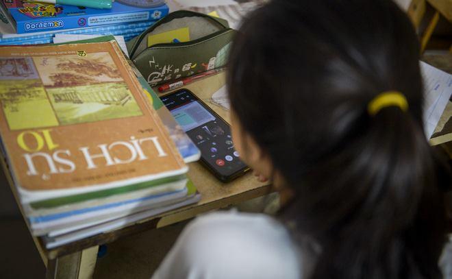 Hà Nội: Cặp vợ chồng có 6 con học online nhưng nhà có duy nhất 2 điện thoại, thầy hiệu trưởng cho mượn 1 chiếc - Ảnh 5