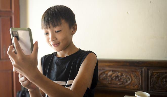 Hà Nội: Cặp vợ chồng có 6 con học online nhưng nhà có duy nhất 2 điện thoại, thầy hiệu trưởng cho mượn 1 chiếc - Ảnh 7