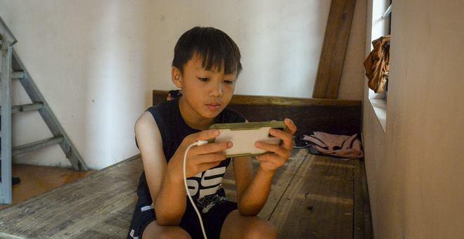 Hà Nội: Cặp vợ chồng có 6 con học online nhưng nhà có duy nhất 2 điện thoại, thầy hiệu trưởng cho mượn 1 chiếc - Ảnh 8