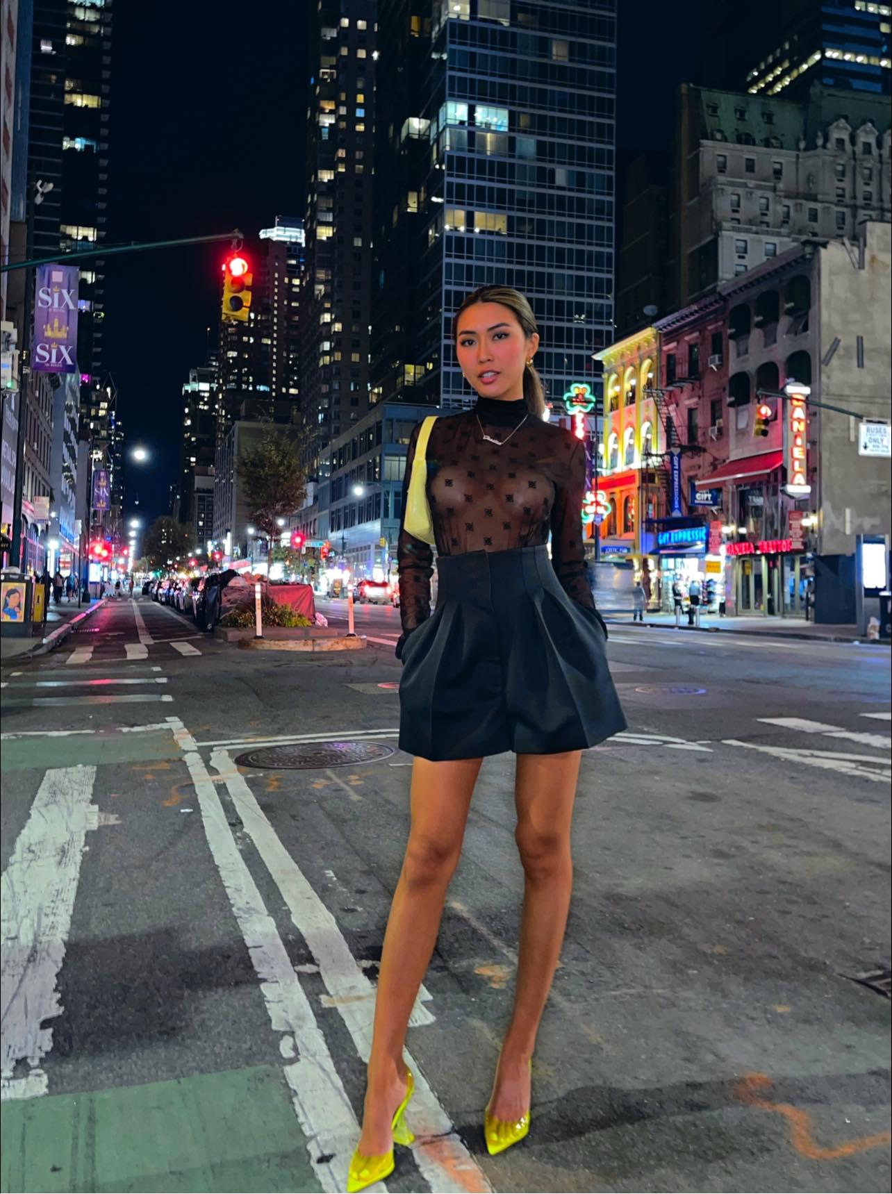 Hoa hậu Tường Linh và những lần gây 'sốc thị giác' với những mẫu áo 'phản chủ' khiến netizen đỏ mặt - Ảnh 4