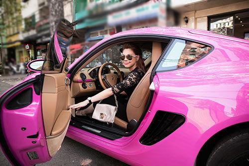 Loạt 'phú bà' showbiz Việt đọ dáng cùng 'xế hộp' màu hồng: Ngọc Trinh có bị 'lép vế' trước nhân vật này? - Ảnh 6