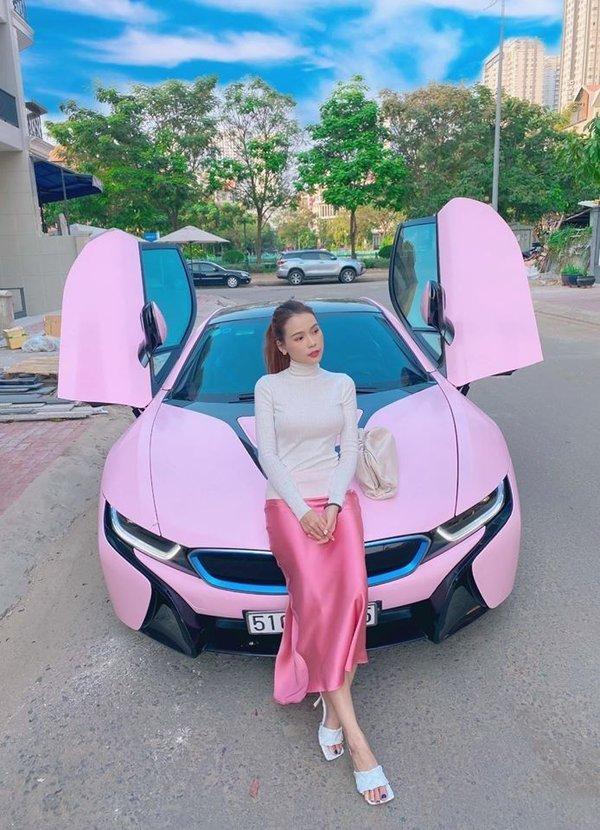 Loạt 'phú bà' showbiz Việt đọ dáng cùng 'xế hộp' màu hồng: Ngọc Trinh có bị 'lép vế' trước nhân vật này? - Ảnh 7