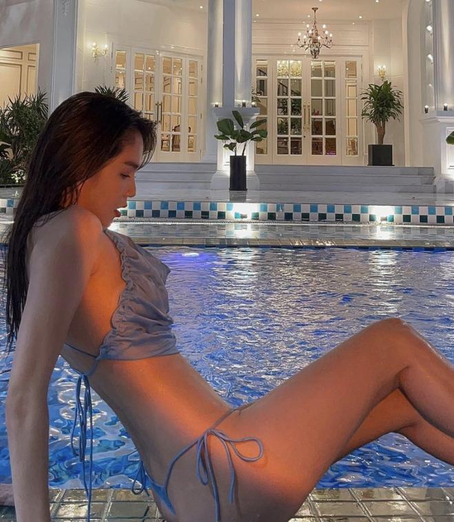 Ngọc Trinh lại khiến dân mạng 'xịt máu mũi' với những bộ bikini xẻ 'sâu hun hút', có bộ 'mặc như không mặc' - Ảnh 6