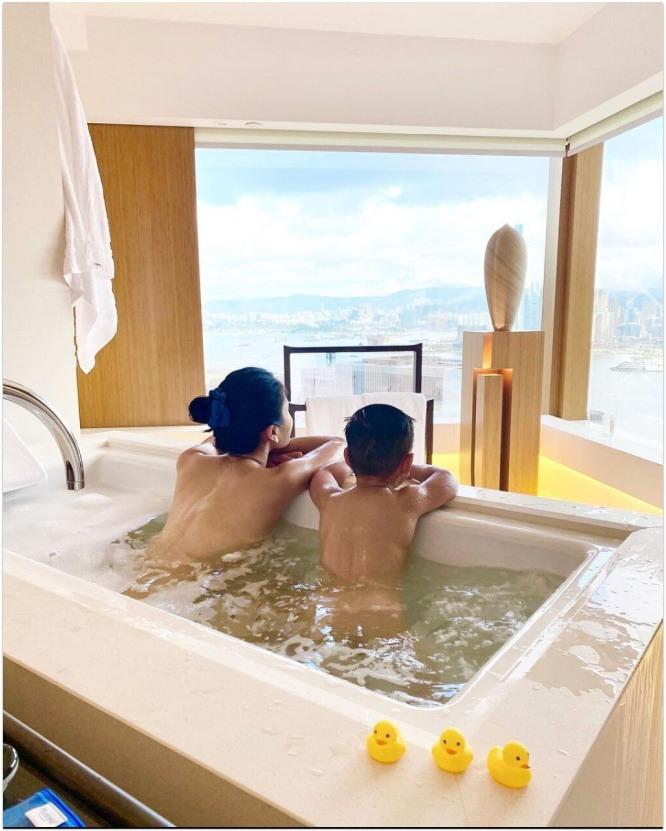 Sao nữ TVB đăng ảnh tắm trần cùng con trai, netizen 'khui lại' quá khứ quan hệ trong toilet cùng người tình bị lên án dữ dội - Ảnh 1