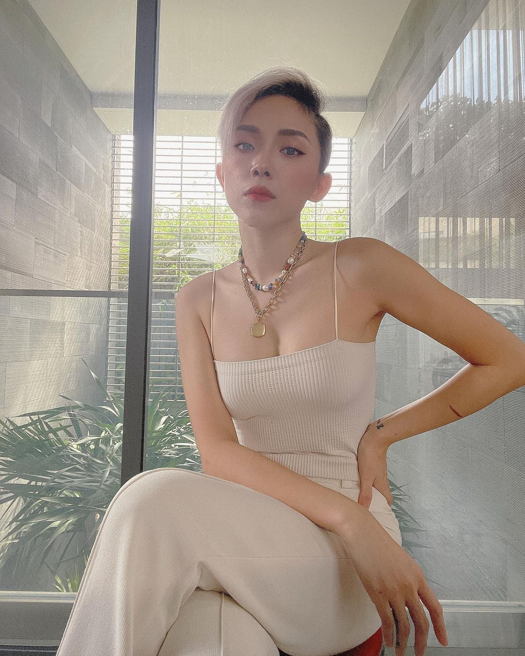 Top những sao nữ Việt 'lên đồ' cực xinh mùa giãn cách: Chi Pu sexy táo bạo, Thiều Bảo Trâm ngày càng 'bánh bèo' - Ảnh 14