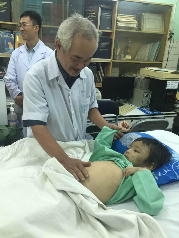 Bé trai 4 tuổi bị cha dượng cùng mẹ đẻ đánh gãy xương đùi - Ảnh 3
