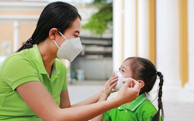 Bác sĩ Bệnh viện Nhi 'bày' cha mẹ cách chăm sóc trẻ trong mùa dịch - Ảnh 1