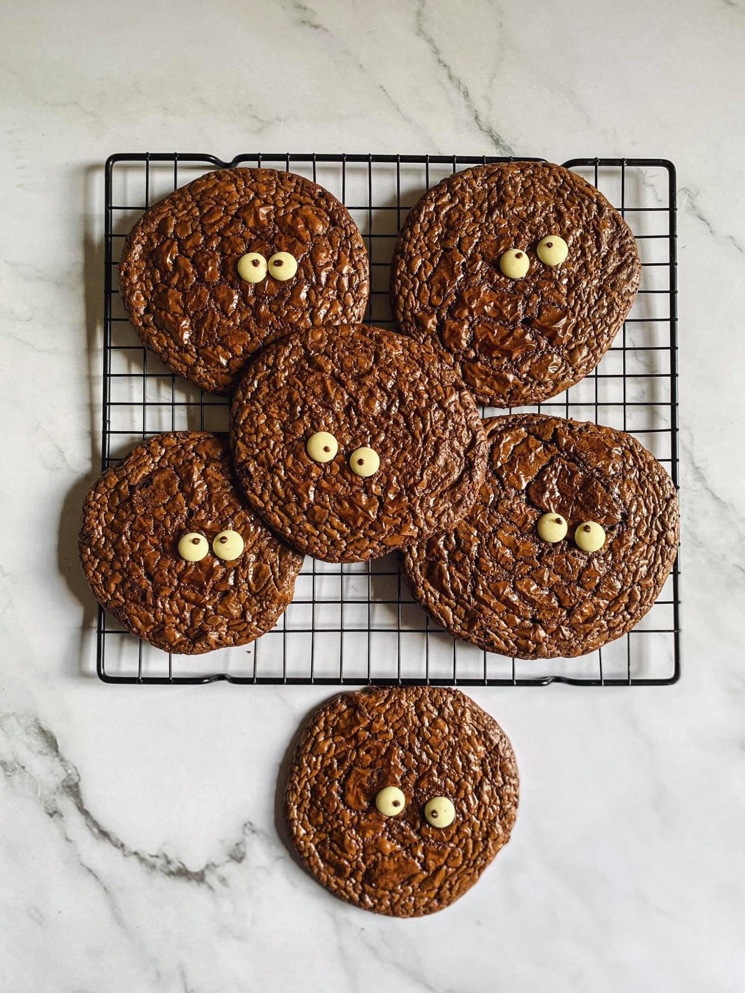 Biến cuộc sống nhàm chán ở nhà trở nên thú vị, 'ngọt lịm' với món bánh quy 'Brownie quái vật', trẻ thì thích chồng thì khen ngon - Ảnh 7