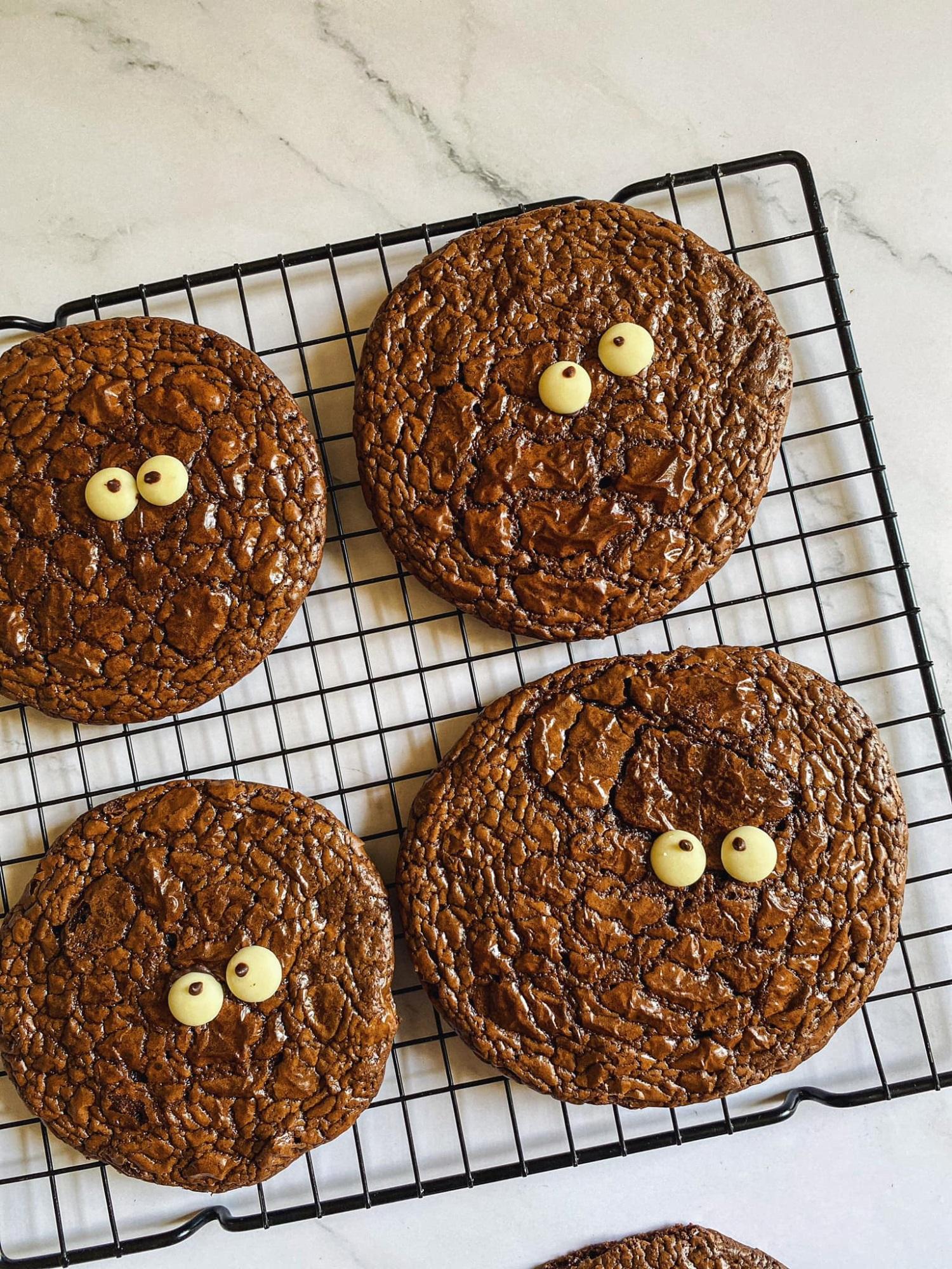 Biến cuộc sống nhàm chán ở nhà trở nên thú vị, 'ngọt lịm' với món bánh quy 'Brownie quái vật', trẻ thì thích chồng thì khen ngon - Ảnh 1