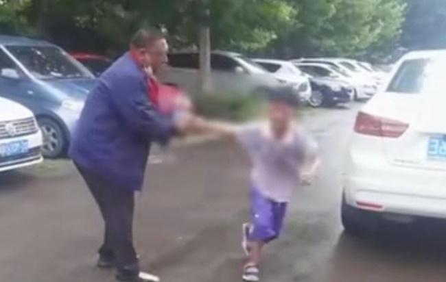 Đứa con trai gào khóc thảm thiết cố thoát khỏi đôi tay của người cha sau quyết định của tòa án, lời cầu xin khiến ai nấy trào nước mắt - Ảnh 2